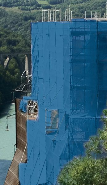 Filet couleur bleu sur une structure échafaudage SWS
