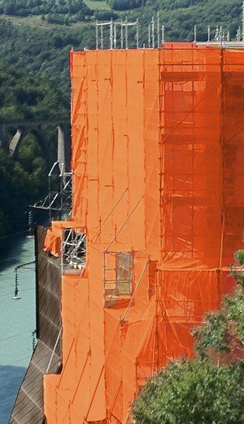 Filet couleur orange sur une structure échafaudage SWS